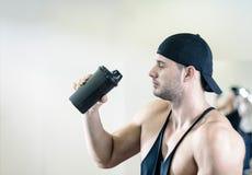 在健身房的人饮用的震动 库存图片