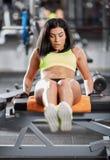 在健身房的吸收咬嚼 免版税图库摄影