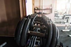 在健身房的哑铃 库存图片