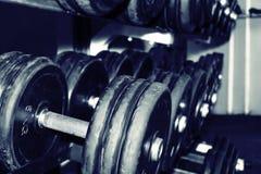 在健身房的哑铃 免版税库存照片