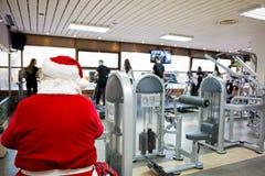 在健身房的圣诞老人 库存图片