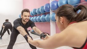 在健身房的夫妇训练 免版税库存照片