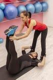 在健身房的夫妇训练 免版税库存图片