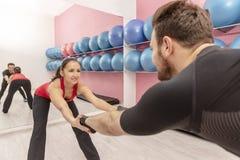 在健身房的夫妇训练 图库摄影