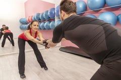 在健身房的夫妇训练 库存照片