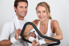 在健身房的夫妇 免版税库存照片