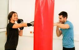 在健身房的女性拳击手训练 库存图片