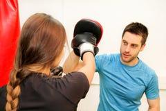 在健身房的女性拳击手训练 免版税库存照片