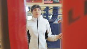 在健身房的妇女训练,与一条绳索的工作,在一个健康身体健身kickboxer系列之外 股票视频