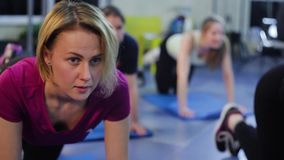 在健身房的小组健身 股票视频