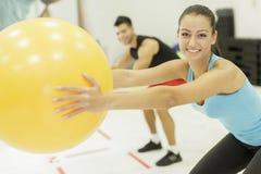 在健身房的少妇训练 免版税库存照片