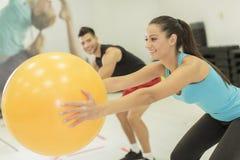 在健身房的少妇训练 免版税图库摄影