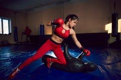 在健身房的年轻运动女孩战斗机火车 免版税库存照片