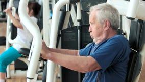 在健身房的年长男性收养训练 股票视频
