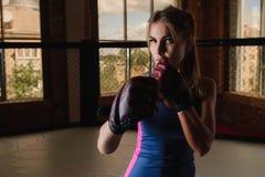 在健身房的性感的妇女拳击 免版税库存照片