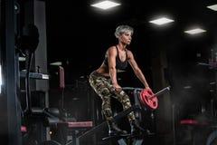 在健身房的性感的运动女孩锻炼 健身妇女行使 在皮带的性感的屁股 免版税库存图片