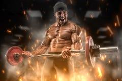 在健身房的恼怒的运动员火车 免版税库存图片