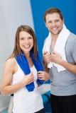 在健身房的愉快的健康夫妇 免版税图库摄影