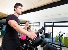 在健身房的有氧运动省略步行者教练员小组 免版税库存照片