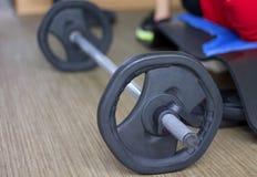在健身房的杠铃 免版税库存照片