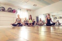 在健身房的瑜伽类 免版税库存照片