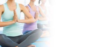 在健身房的瑜伽类 免版税图库摄影