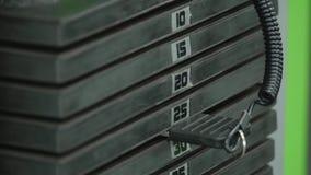 在健身房的生锈的重量堆 库存照片