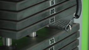 在健身房的生锈的重量堆 库存图片