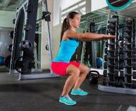 在健身房的空气矮小妇女锻炼 库存图片