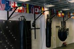 在健身房的空的把装箱的区域 免版税库存照片