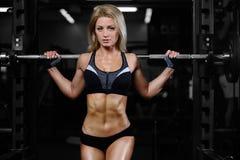 在健身房的美丽的健身妇女火车 免版税库存图片
