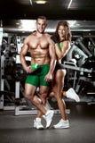 在健身房的美好的年轻运动的性感的夫妇 库存图片