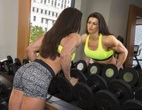 在健身房的被反射的秀丽 库存图片