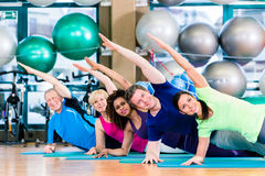 在健身房的训练体操的小组行使和 库存图片