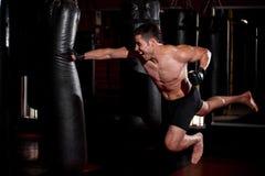 在健身房的超人拳打 库存照片