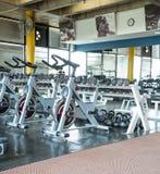 在健身房的转动的自行车 免版税库存图片