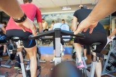 在健身房的转动的类 免版税库存照片