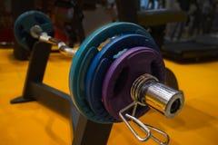 在健身房的运动器材 特写镜头视图在一个立场的杠铃在体育馆里 库存图片