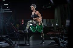 在健身房的运动女孩锻炼 健身妇女行使 在皮带的屁股 库存照片