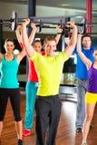 在健身房的重量培训与哑铃 免版税图库摄影