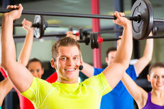 在健身房的重量培训与哑铃 库存照片