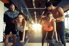 在健身房的队锻炼 免版税库存图片