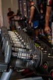 在健身房的黑和钢哑铃:重量健身设备 免版税库存照片