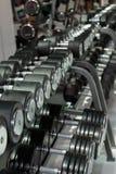 在健身房的黑和钢哑铃:重量健身设备 库存图片