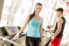 在健身房的年轻夫妇训练 免版税库存照片