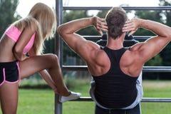 在健身房的年轻夫妇训练 免版税库存图片