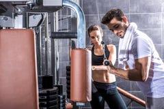 在健身房的年轻夫妇训练 库存照片