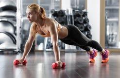 在健身房的锻炼 免版税库存照片