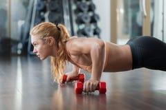 在健身房的锻炼 免版税图库摄影