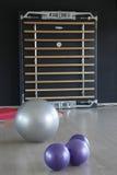 在健身房的紫色和银色瑜伽球 免版税库存照片